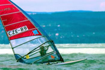 Evropští  windsurfaři včetně českých bojují  o poslední místa na olympiádu v Tokiu 2021