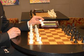 Šachy nejsou v nouzi. Královská hra žije online turnaji i přednáškami s velmistry